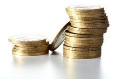 Pile des pièces de monnaie en métal jaune Images stock