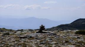 Pile des pierres de caillou dans une gamme de montagne photographie stock libre de droits