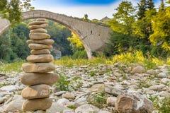 Pile des pierres et du pont de bossu Photos libres de droits