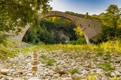 Pile des pierres et du pont soutenu par le porc Photos stock