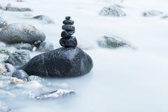 Pile des pierres noires en rivière Photos libres de droits