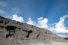 Pile des pierres pour la construction d'isolement sur le ciel bleu image stock