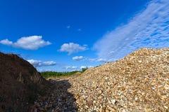 Pile des pierres sur un fond de ciel bleu photos stock