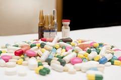 Pile des pilules, des Tableaux et des capsules Photos libres de droits