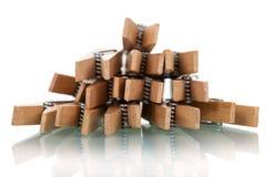 Pile des pinces à linge en bois d'isolement sur le blanc Image stock