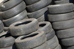 Pile des pneus utilisés Photos stock