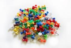 Pile des pointes de pouce colorées Photos stock
