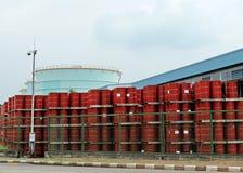 Pile des réservoirs de carburant rouges à l'aube Image libre de droits
