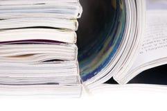 Pile des revues avec les pages de dépliement Images libres de droits