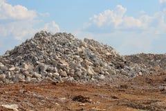 Pile des roches de taille de gravier sur le chantier de construction Images libres de droits