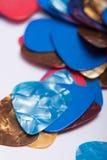 Pile des sélections en plastique colorées de guitare Image stock