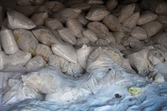 Pile des sacs à blanc avec de l'engrais synthétique photos stock