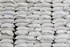 Pile des sacs à blanc dans l'entrepôt Photo stock