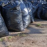 Pile des sacs d'ordures noirs Photos libres de droits