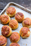 Pile des scones fraîchement cuites au four photo stock