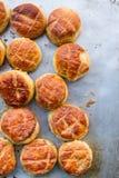 Pile des scones fraîchement cuites au four image stock
