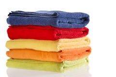 Pile des serviettes colorées d'une manière ordonnée pliées de coton Photos libres de droits