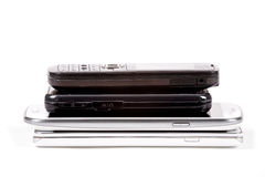 Pile des téléphones portables et des smartphones modèles plus anciens Photographie stock libre de droits