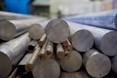 Pile des tiges en aluminium images stock