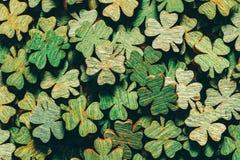 Pile des trèfles à quatre feuilles verts en bois images stock