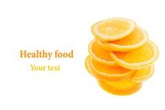 Pile des tranches d'oranges coupées en tranches sur un fond blanc D'isolement Copiez l'espace Fond de fruit Image libre de droits