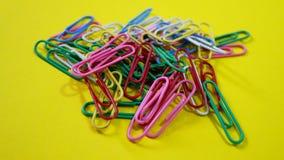 Pile des trombones colorés Photo stock