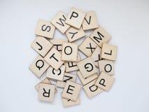 Pile des tuiles en bois de lettre images stock