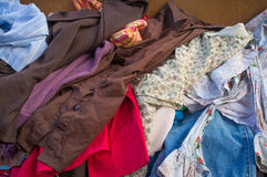 Pile des vêtements d'occasion Photos stock
