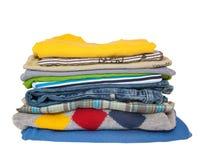 Pile des vêtements de garçons d'isolement sur le fond blanc Image stock