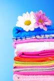 Pile des vêtements et des fleurs colorés Images stock