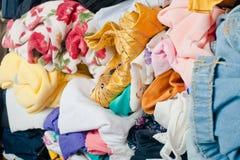 Pile des vêtements malpropres colorés dans le cabinet Femme encombrée désordonnée par vue de côté photo libre de droits