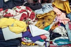Pile des vêtements malpropres dans le cabinet Femme encombrée désordonnée photos libres de droits