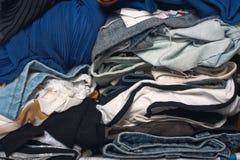 Pile des vêtements malpropres dans le cabinet Femme encombrée désordonnée images libres de droits