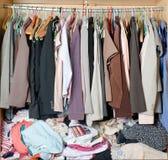 Pile des vêtements malpropres dans le cabinet Garde-robe encombrée désordonnée de femme images stock