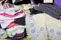Pile des vêtements malpropres dans le cabinet Garde-robe encombrée désordonnée de femme image libre de droits