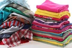 Pile des vêtements malpropres et repassés Images stock
