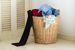 Pile des vêtements sales dans le panier de lavage Images libres de droits