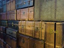 Pile des valises colorées de vintage photographie stock libre de droits