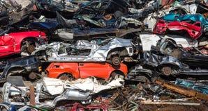 Pile des voitures d'occasion, yard de chute de voiture Photographie stock libre de droits