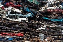 Pile des voitures d'occasion, yard de chute de voiture Images stock