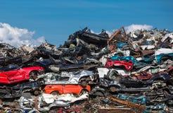 Pile des voitures d'occasion, yard de chute de voiture Photos stock