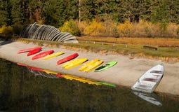 Pile di attesa locativa delle canoe delle barche sulla spiaggia Fotografie Stock Libere da Diritti