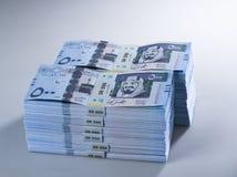 Pile di banconote saudite del riyal di 500 con l'immagine di re Abdula Fotografia Stock