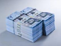 Pile di banconote saudite del riyal di 500 con l'immagine di re Abdula Immagine Stock