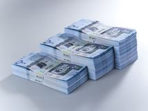 Pile di banconote saudite del riyal di 500 con l'immagine di re Abdula Fotografie Stock