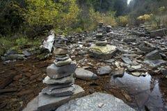 Pile di cairn in un flusso. Fotografia Stock