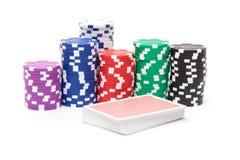 Pile di chip di mazza con le carte da gioco Immagini Stock Libere da Diritti