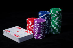 Pile di chip di mazza con le carte da gioco Fotografia Stock Libera da Diritti