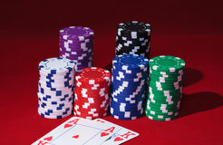 Pile di chip di mazza con le carte da gioco Fotografia Stock