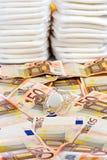 Pile di euro tettarella delle banconote dei pannolini Immagini Stock